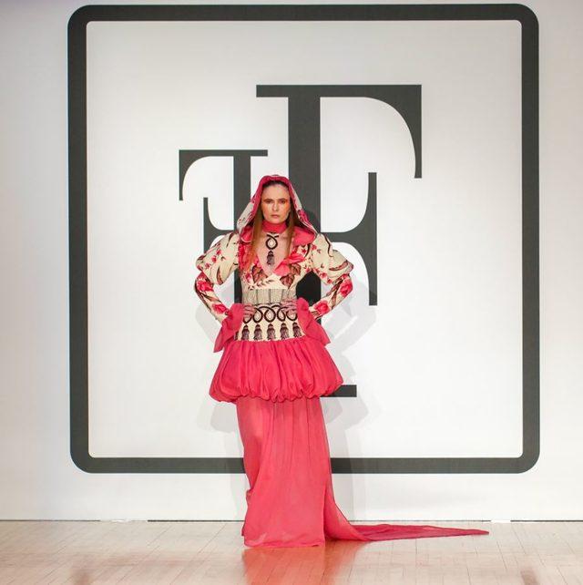 Türk modacı Londra Moda Haftası'nda nostaljik Türk perdeleri ile ödül aldı