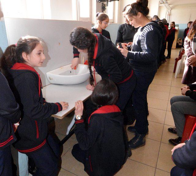 'Hayat Dersi'nde erkek öğrencilere ütü, kızlara priz değiştirmeyi öğretiyorlar