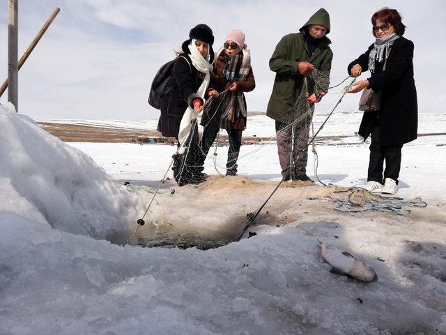Adanalılar Çıldır Gölü'nde balık avladı