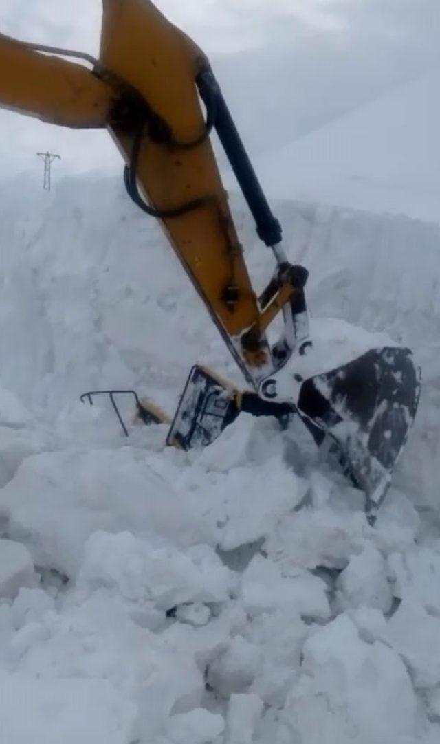 Kar yığınları arasında kalan kepçeyi, ekskavatör kurtardı