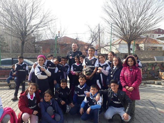 Muradiyeli çocuklara Beşiktaş forması