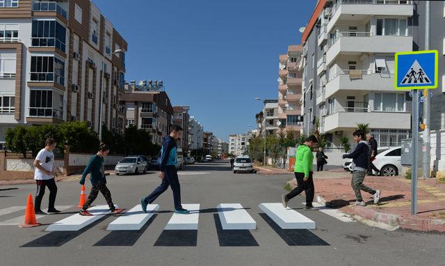 Antalya'da okul önüne 3 boyutlu yaya geçidi