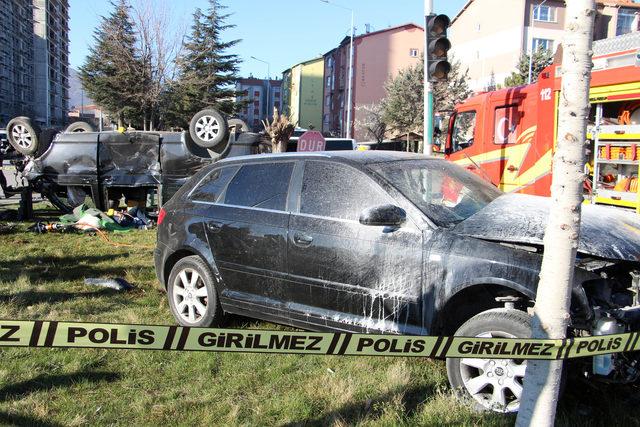 Isparta'da otomobil ile minibüs çarpıştı: 1 ölü, 7 yaralı! ile ilgili görsel sonucu