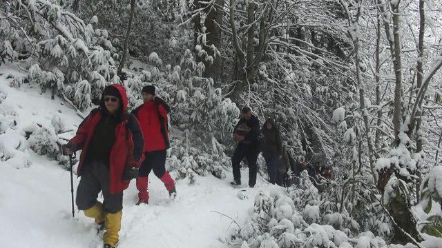 Karadeniz'de bahar karı, yolları kapattı