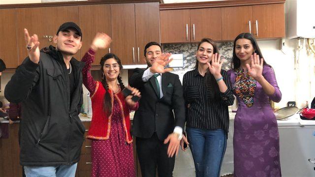 Türkmen öğrenciler engelliler için yemek pişirdi