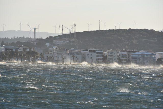 İzmir'de şiddetli rüzgar hayatı olumsuz etkiledi (2)