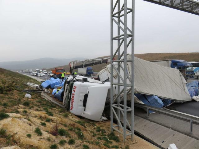 Sancaktepe Kuzey Marmara Otoyolu'nda TIR devrildi