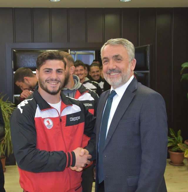 Ragbiciler kupayı Rektör Bilgiç'e takdim etti