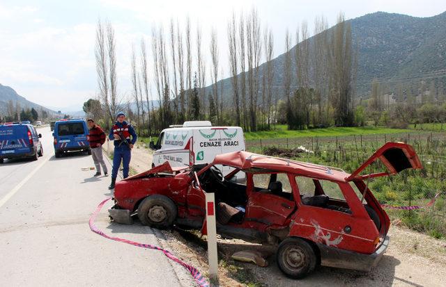 Otomobiller kavşakta çarpıştı: 1 ölü, 2 yaralı