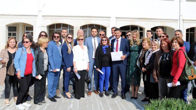 Foça'da Başkan Gürbüz, mazbatasını aldı