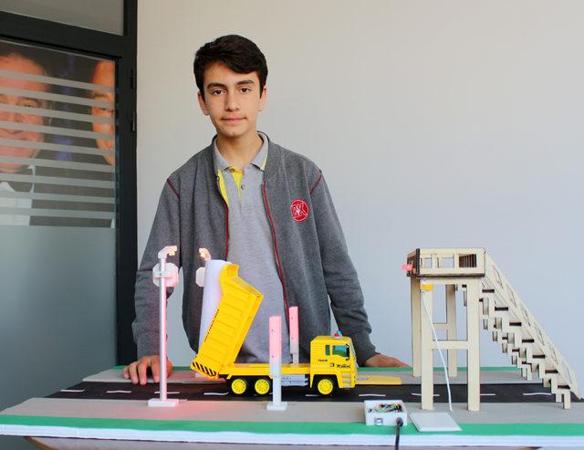 Ortaokul öğrencisinden üstgeçit kazalarını önleyen proje