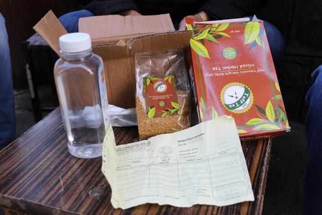 Cep telefonu beklediği kutudan su ve çay tohumu çıktı