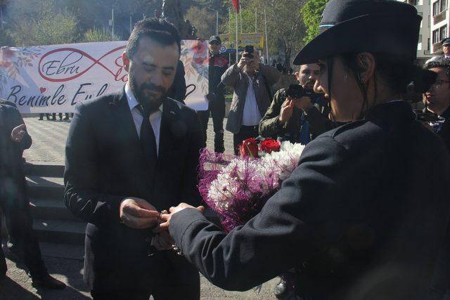 Polisten meslektaşına törende sürpriz evlilik teklifi