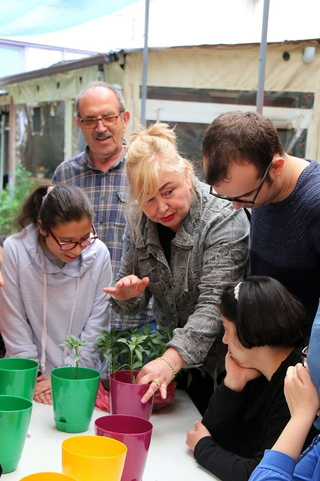 Türkiye'nin tek engelli Tema ekibi çiçek dikti