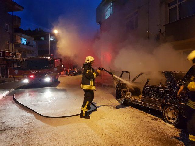 Bartın'da motoru tutuşan otomobil alev topuna döndü