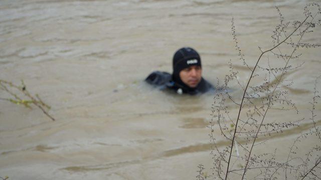 Göksu Irmağı'na uçan otomobilin sürücüsü aranıyor (2)