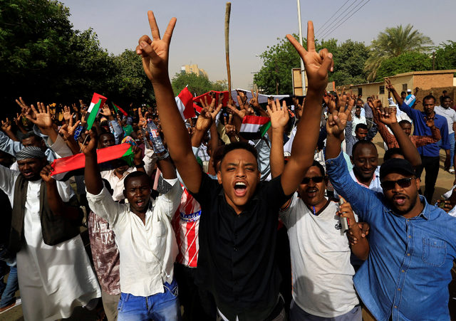 2019-04-11T085651Z_906071570_RC17A07F2EE0_RTRMADP_3_SUDAN-PROTESTS
