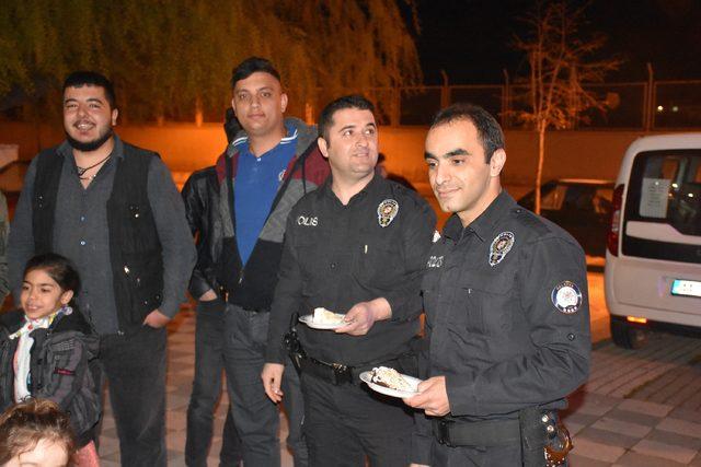 Kavga ihbarına giden polislere pasta sürprizi