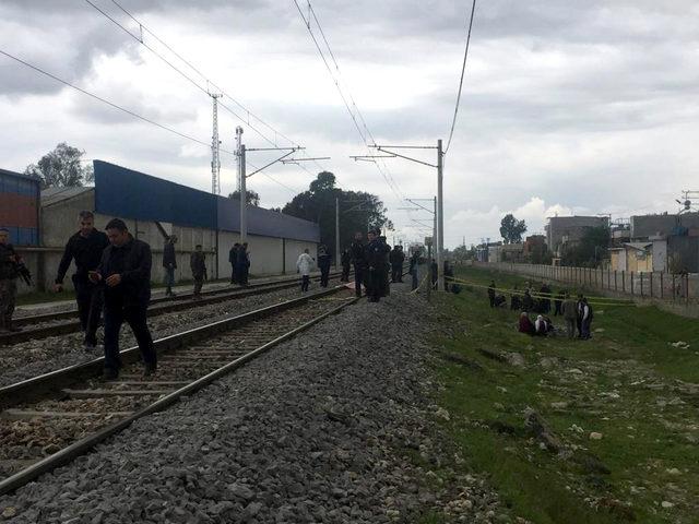 Trenin önüne atlayan genç öldü