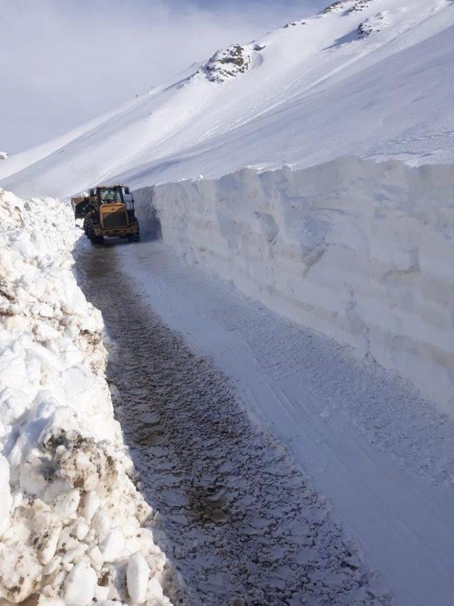 Başkale'de çığ tehlikesinden dolayı mahalle yolu yeni ulaşıma açıldı