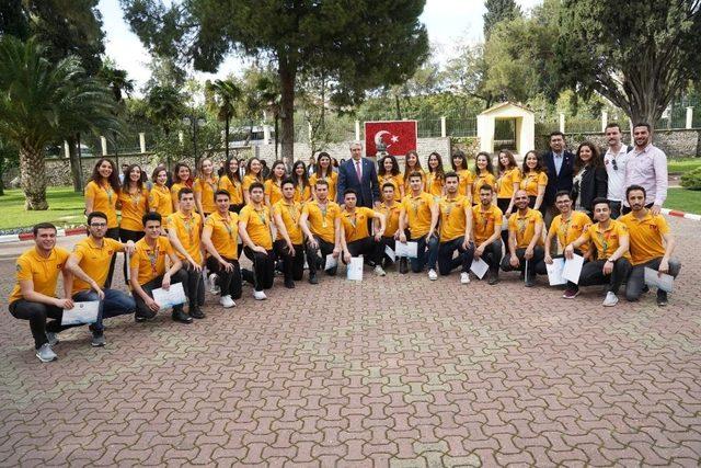 TÜHAD'lı gençler, Türkiye kupasını Rektör Budak'a sundu