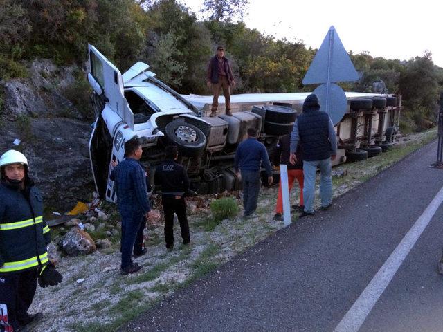 Domates yüklü TIR devrildi, şoför yaşamını yitirdi