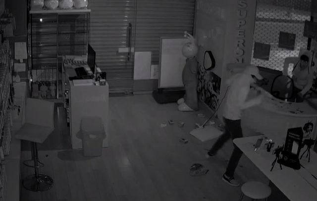 Bayiden cep telefonu hırsızlığı kamerada