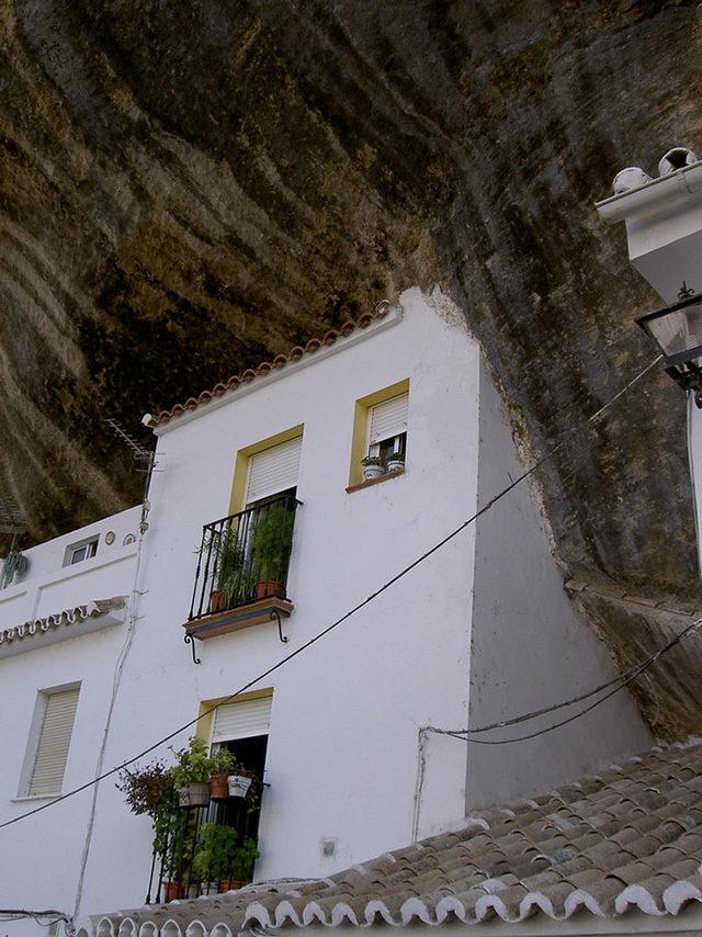 bir-kayanin-altinda-yasamak-setenil-de-las-bodegas-4