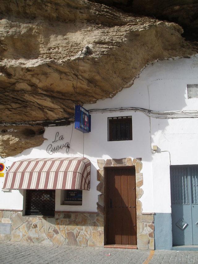 bir-kayanin-altinda-yasamak-setenil-de-las-bodegas-12