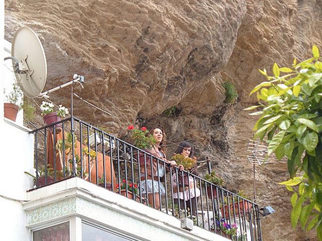 bir-kayanin-altinda-yasamak-setenil-de-las-bodegas-8