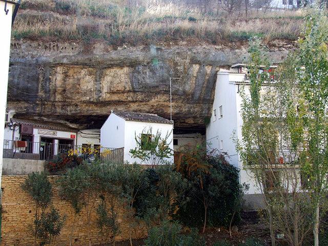 bir-kayanin-altinda-yasamak-setenil-de-las-bodegas-17