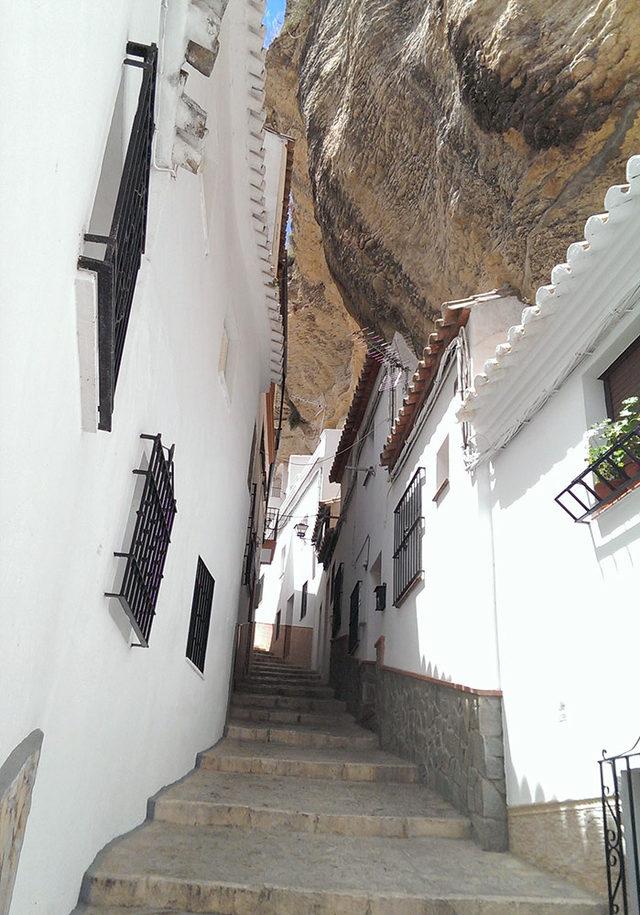 bir-kayanin-altinda-yasamak-setenil-de-las-bodegas-15