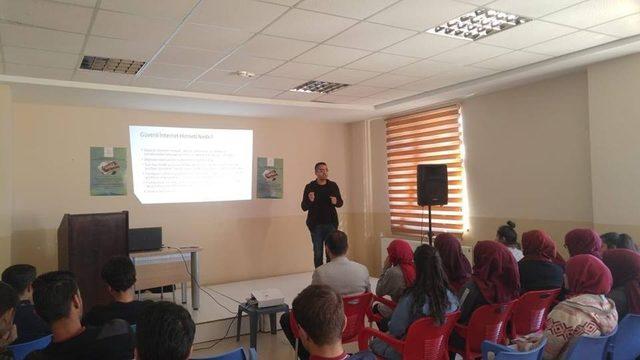 Öğrenciler internet kullanımı hakkında bilgilendirildi
