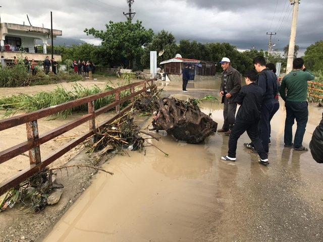 Hatay'da sağanak yağış nedeniyle cadde ve sokaklar göle döndü