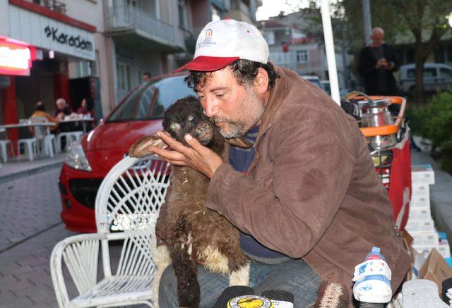 İpi boğazını sıkıyor, diye sahibinden satın aldığı kuzuya bakıyor