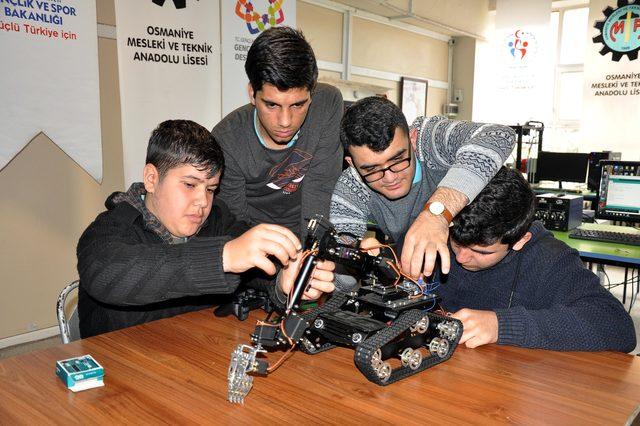 Meslek lisesi öğrencileri, robotik kodlama atölyesi kurdu