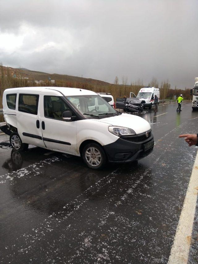 Kaygan zeminde kaza: 4 yaralı