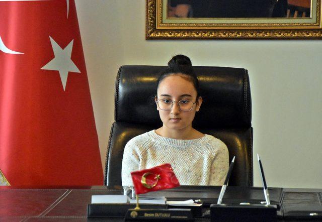 Akhisar'da başkan koltuğuna şehit kızı Sude Nur oturdu