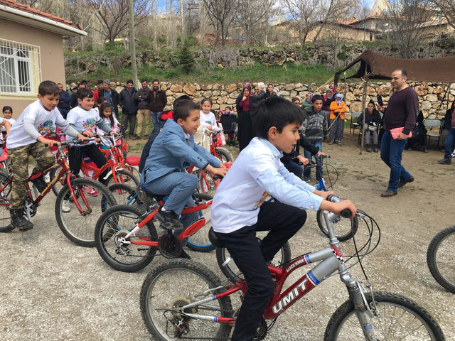 Bisikletlerini tamir edip, köy okulu öğrencilerine hediye ettiler