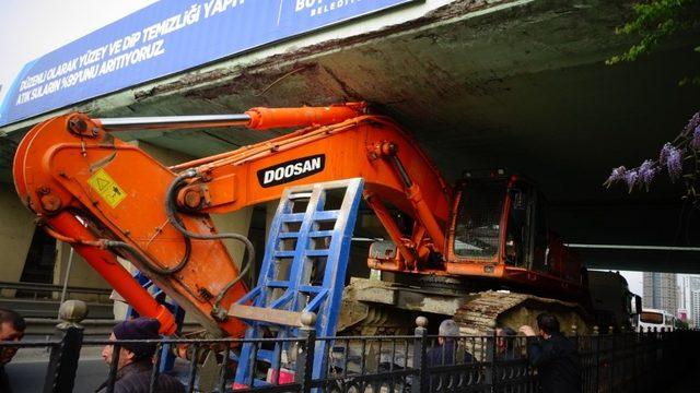 İş makinesi yüklü tır köprüde sıkıştı
