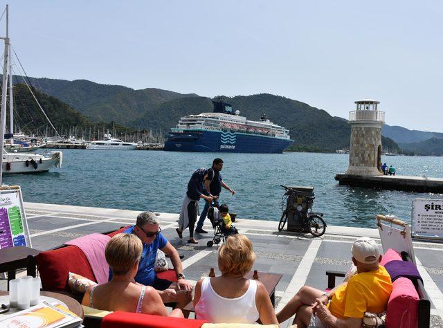 Marmaris'e sezonun ilk yolcu gemisi geldi