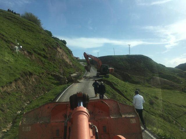 Sason ve Kozluk'ta yağmur sonrası tahrip olan köy yolları onarılıyor