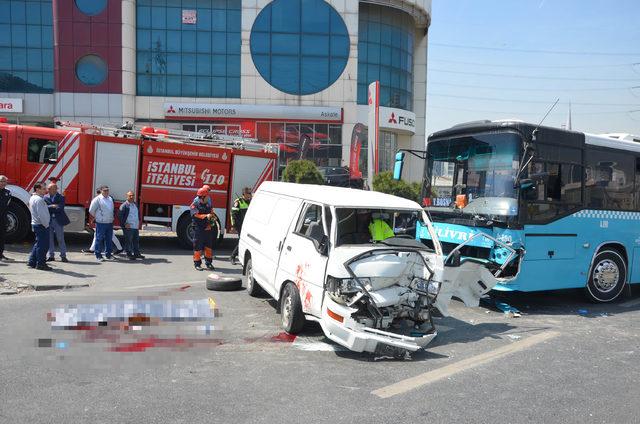 Haramidere'de otobüs ile minibüsün çarpışma anı kamerada : 1 ölü, 2 yaralı (2)