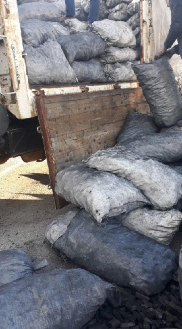 Mangal kömürü arasına gizlenen nargile tütününü, 'Tirkayi' buldu