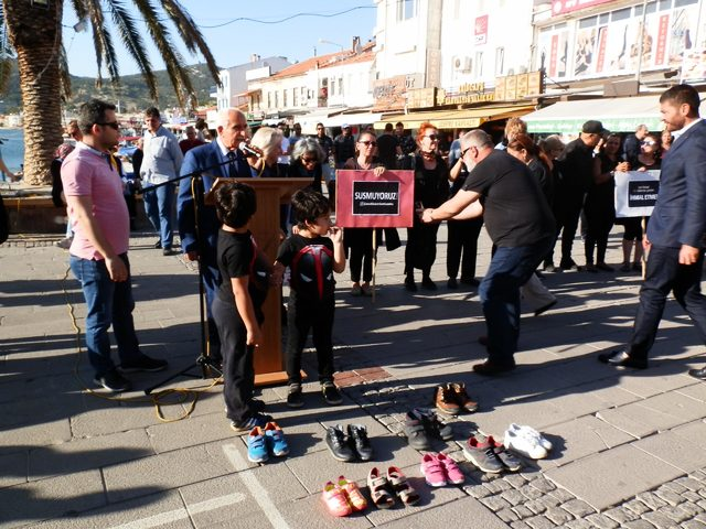 Foça'da çocuk istismarı protesto edildi