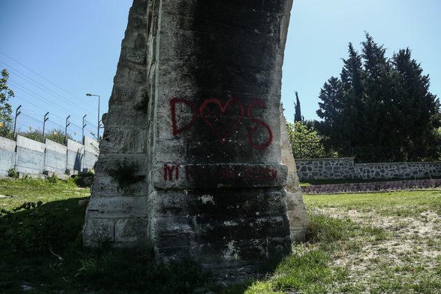 Restore edilen 400 yıllık su kemerine yazı yazıp, dibinde ateş yaktılar