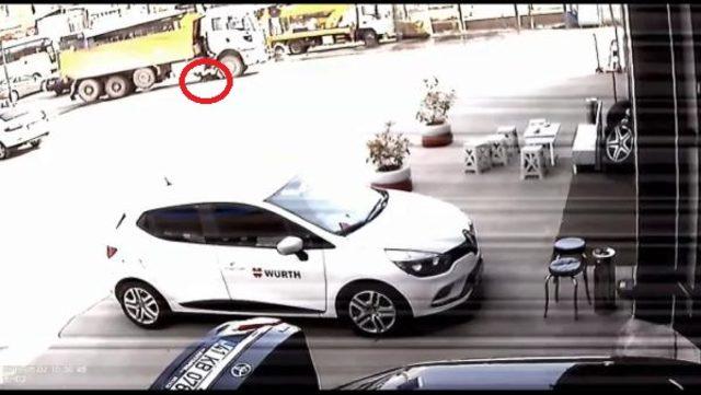 TIR sürücüsünün kamyonun altında kalma anı kamerada