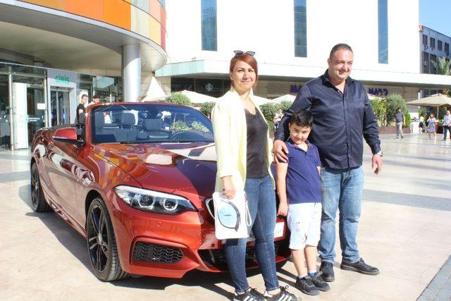Yeğeni için yaptığı alışverişten son model spor otomobil kazandı