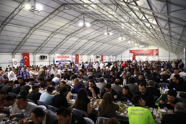 5 bin kişi aynı anda iftar yaptı