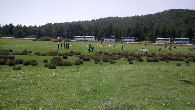 Öğrenciler Buldan Yaylası Gölü çevresini temizledi